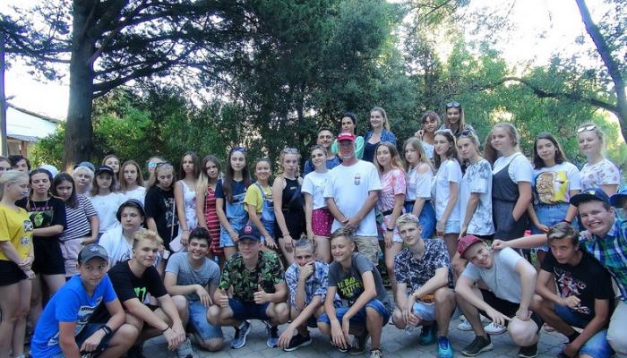 Показ фильмов о путешествиях в детском летнем лагере в Крыму